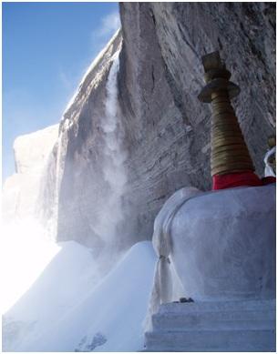 Чортены святилища Дригунг Когью в Южной стене Кайласа под «Свастикой»